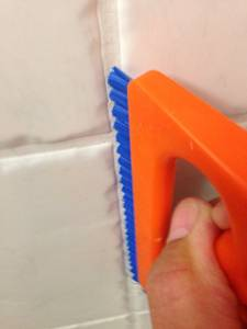 Fliesen reinigen mit Fugenbürste