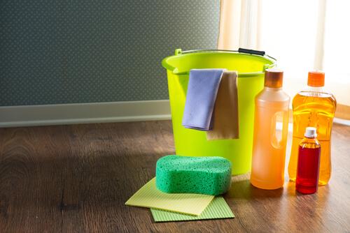 Parkettboden mit Reinigungsmittel